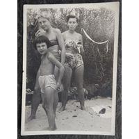 Дамы в купальных костюмах. Фото 1960-х. 6.5х9 см.