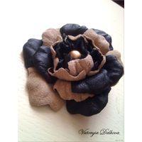 Шикарная брошь - цветок из натур. кожи и замши