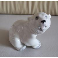 Фарфоровая статуэтка медведь
