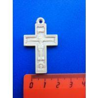 Католический крест с изображениями Иисуса Христа и Божьей Матери.