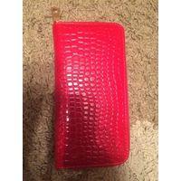 Стильный, красивый, компактный кошелек ярко-красного цвета. Размер 20 на 10 см, ширина 2.5 см. Покупала для подарков на 8 Марта, но возникли проблемы финансового характера, потому и продаю.