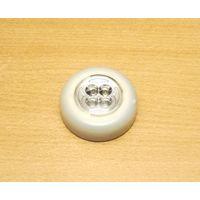 Светодиодный светильник (серый цвет). Характеристики: четыре светодиода, питание от 3x батареек типа ААА.