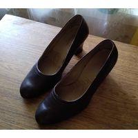 Туфли новые модельные женские коричневые  на каблуке. Размер 23.