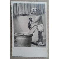 Девочка стирает. Дети. Германия. 1950-е. Подписана