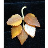 """Янтарная брошка """"Виноградные листья""""."""