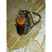 Распродажа. Кольцо. Имитация янтаря и серебра. 18 разм.