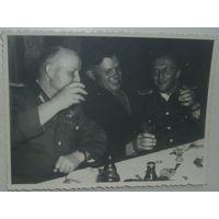 Фото:Совместное распитие водки офицерами СССР и ГДР