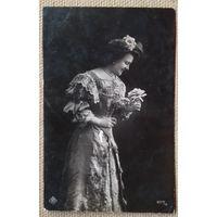 Старинная открытка. Дама с цветком. Адрес получателя - Могилевская губ. 1909 г. Прошла почту. Марка РИ.