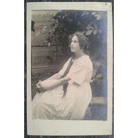 Фото задумчивой девушки. 1920-е. 9х14 см.