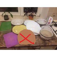 Большой лот посуды, не новая, на белых тарелках есть небольшие сколы, остальное все ок. В общем - отличная посуда. Цена указана за весь лота. Возможна доставка при 100% покупке лота.