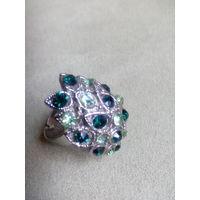 Кольцо с зелёными камушками