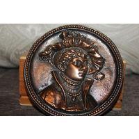 """Настенный барельеф """"Средневековый юноша"""", рельефный, диаметр 14 см., алюминий с покрытием."""