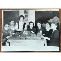 Фото из СССР. Вышивальщицы флагов. 8х11 см.