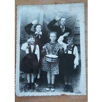 Приветствие пионеров. Фото 1940-х. 9х11.5 см
