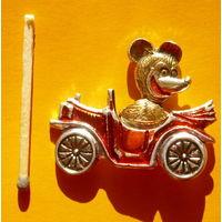 Медведь на автомобиле.