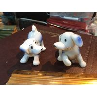 Две небольших фарфоровых щенка вместе.