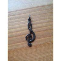Кулон скрипичный ключик. Высота около 4 см. Металл. Серого цвета. Очень симпатичный.