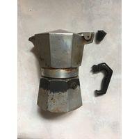 Гейзерная кофеварка Bialetti Италия оригинал На 160 мл всего считается на 4 чашки . Ручки отвалились , все как на фото