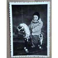 Ребенок на лошадке. Фото 1950-х. 6х8.5 см