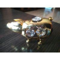Свинка из металла с позолотой и стразами.