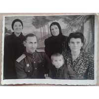 Фото фронтовика майора в кругу своей семьи.1947 г. 8,5х12 см