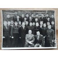 Фото выпуска группы шоферов в Минской автошколе. 1960 г. 12х17 см.