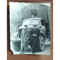 Фото у автомобиля. 1963 г. 8х10.5 см.