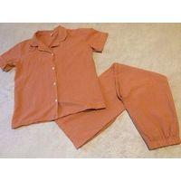 Классная пижама на 44 размер стильной расцветки из хлопка. Клетка, основной цвет спокойный оранжевый. Замеры: рубаха (длина 64 см, ПОгруди 54 см), брюки (длина 99 см, ПОталии тянется 34-46 см, ПОбе