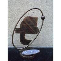 Какой-то логотип, эмблема? в хромированном металле, 43 см.
