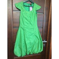 Классное платье на 42-44 размер нежно зеленого цвета, с рисунком. Платье не носила, с биркой. Юбка сделана тюльпанчиком, есть петельки для ремня, на подкладке. Длина 96 см, ПОгруди 38 см, ПОталии 35 с