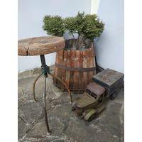 Старый винтовой стул,в Лофт-индустриальном стиле.