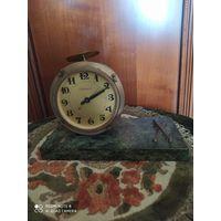 """Часы ,, Барабан"""" часового завода Молния Камень змеевик."""