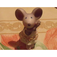 Мышь в костюме.