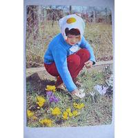 Цветы, девочка; 1969, подписана (ГДР).