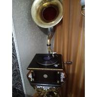 Граммофон с пластинками и иголками.