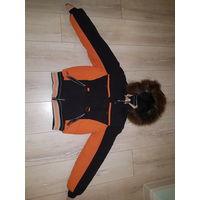 Женская  зимняя спортивная куртка,на узкую талию.46-48 размера. Фирма YAMEING. Высокая посадка.В замечательном состоянии,но на спине есть маленькая дырочка(2мм), надо чем-нибудь заклеить. Капюшон отст