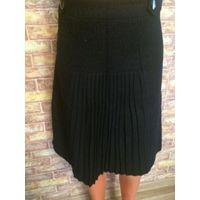 Тепленькая черная юбка классной модели на 46-48 размер впереди плиссировка, длина 54 см, поталии 42 см Обмен не интересует