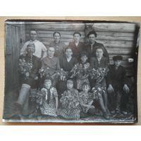 Фото большой семьи. 1930-40-е. 9х12 см.