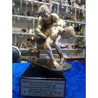 Скульптура борцов. Приз за 1 место в Международном турнире по вольной борьбе. Гродно, 2013 г.