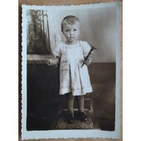 Фото маленькой девочки с дудкой. 1950-е. 8х11 см.