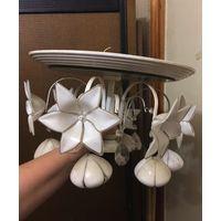 Люстра с зеркальным верхом, подвески колокольчики и цветы лилии из двойного стекла белого и прозрачного