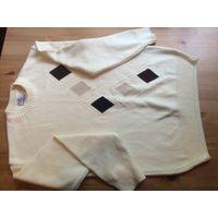 Стильный свитер молочного цвета с ромбами на 46-48-50 размер. Очень красивый и качественный. Состав 70% шерсти и 30 % хлопка. Длина 70 см, длина рукава 58 см, ПОгруди 54 см. Отличное состояние.