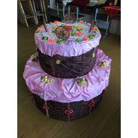 Большой бутафорский торт