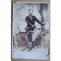 Фото  с велосипедом. 1930-е. 5.5х8 см.
