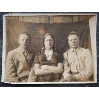 Фото молодежи 1930-х годов. Знак ОСОАВИАХИМа. 1939 г.