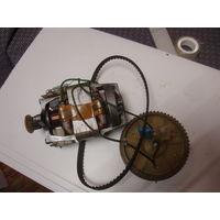 Электродвигатель с шестерней и зубчатым ремнем.