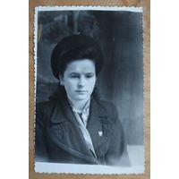 Фото девушки с комсомольским значком. 1950-е. 8х12 см.