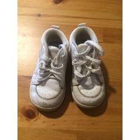 Кроссовки белые из натуральной кожи около 14 см по стельке. Состояние на фото, есть потертости, в общем все целое.