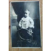 Фото ребенока на кресле. Бобруйск.8.5х14 см.