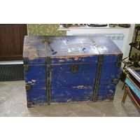 Огромных размеров старинный деревянный сундук (куфар).